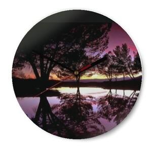 樹木以及日落照的玻璃圓形掛牆鐘